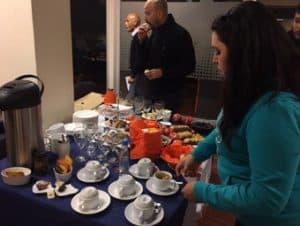 Desayuno para empresa con mesa decorada