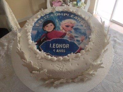 Torta para cumpleaños infantil con decorado de imagen de Frozen